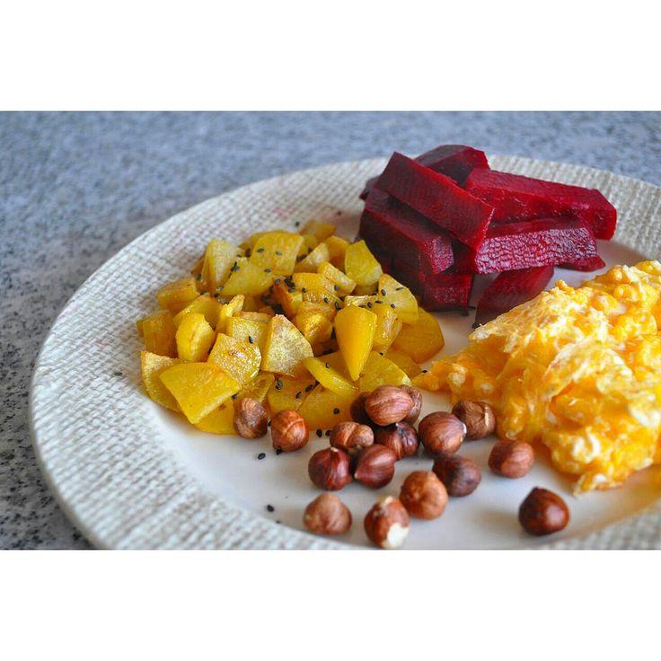 Ovos mexidos com batata doce salteada em óleo de coco, beterraba aos palitos e avelãs