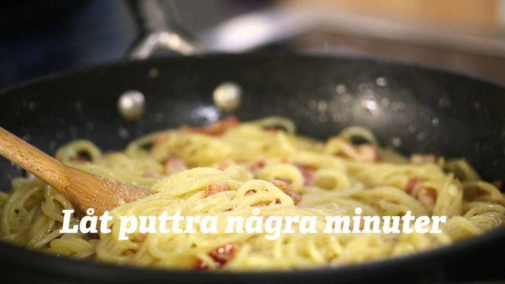 Pasta Carbonara | Steg för steg | FoodClub  PASTA CARBONARA | RECEPT Ingredienser 4 personer  300 g SPAGHETTI 2 klyftor VITLÖK 1 pkt BACON 2 dl GRÄDDE 4 st ÄGG (gulor)  PARMESANOST SALT PEPPAR   1. Koka spaghettin enligt anvisningar på förpackningen. 2. Finhacka vitlök och strimla bacon. 3. Bryn baconet i stekpanna till fin färg och tillsätt vitlök och den kokta spaghettin. 4. Vänd samman och tillsätt grädden. Koka ca. 5 minuter och dra från plattan. 5. Lägg u