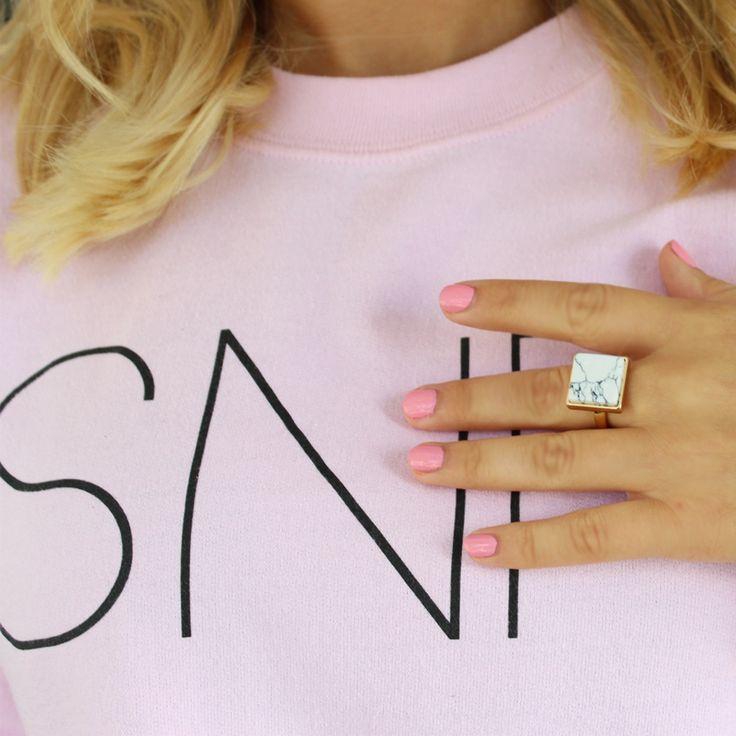Combineer de SNF marble ring met een zoete roze nagellak... Check onze webshop voor nog meer fijne marble sieraden! Something New Fashion