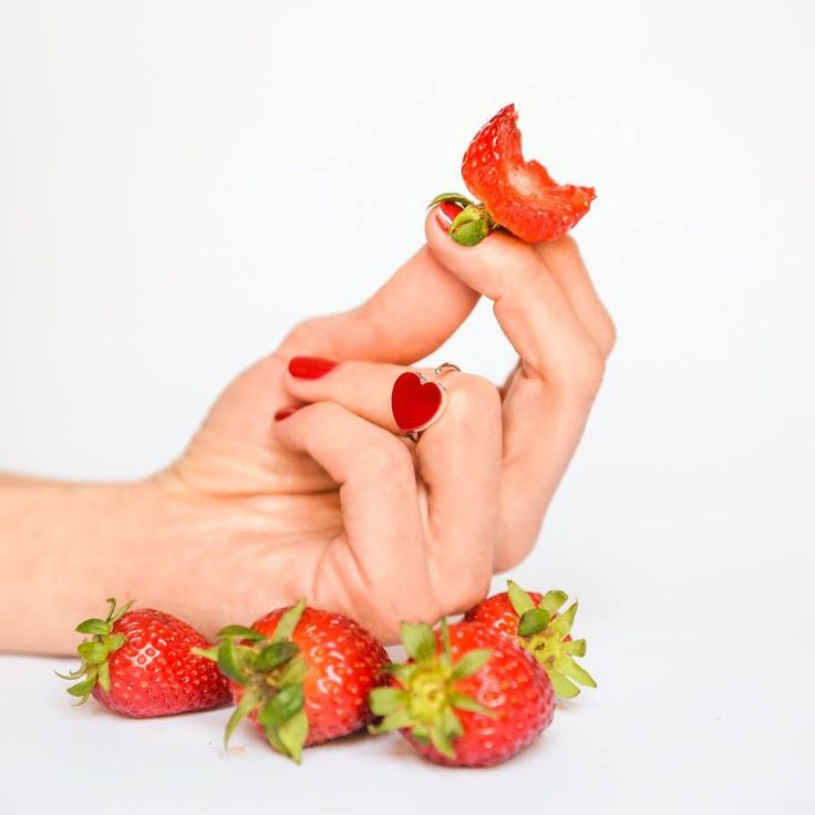 #ringbow #mondaymanicure #strawberry
