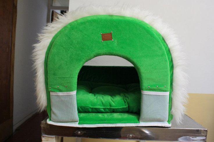 Rumah kucing maupun anjing kecil  terbuat dari bahan bludru pilihan  ukuran 50 x 50 x 36 (cm) kode barang : BTL-517 harga : Rp.300.000  Info Pemesanan : T : (022) 723-7626 Y! Messenger : woozpro@yahoo.co.id EMail : woozpro@yahoo.co.id FB : Wooz Stuff, Twitter : @woozstuff BBM : 2a750c6c