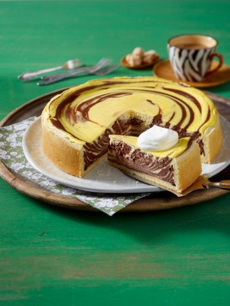 Wenn Schokolade und Quark aufeinandertreffen, freuen wir uns auf einen Zebra-Käsekuchen. Das Originalrezept und die einfache Schritt-für-Schritt-Anleitung >>>