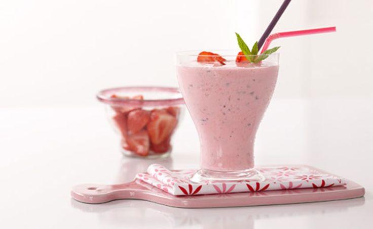 Abkühlung gesucht? Wir sagen nur Erdbeeren, Joghurt und Eis. Mmmmmh. Ein Rezept der RITTER SPORT Freundin Kristin aus Wiesbaden  Portionen: 2 bis3