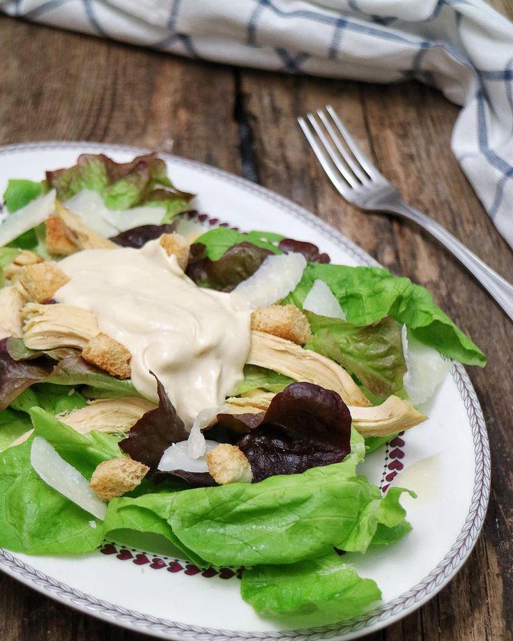 Ni recuerdo el tiempo que hace que no me preparaba una ensalada César. Es una ensalada sencilla sin muchos ingredientes pero para mí es sublime he de decir que soy una loca!  de las ensaladas. Su queréis podéis ver la vídeo receta en mi canal de Youtube o en el blog. A las buenas noches