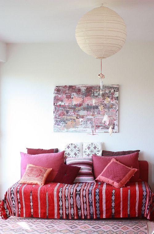 Lo de convertir una cama en un sofá, más o menos improvisado, es algo que todos, quien más quien menos, hemos hecho alguna vez. Y es que si tienes en casa