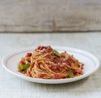 Спагетти с томатами Это потрясающее блюдо для ланча. Как только освоите рецепт, можете начать добавлять простые ингредиенты, например, молодой шпинат, мелко нарезанную рукколу или горошек, чтобы получить совершенно новое блюдо 6 порций Время приготовления: 50 мин. Ингредиенты: Пучок свежего базилика 1 средняя луковица 2 зубчика чеснока 1 кг помидоров или 2 банки по 400 г очищенных томатов в собственном соку Оливковое масло 1 ст. л. красного вина или бальзамического уксуса 480 г сухих…