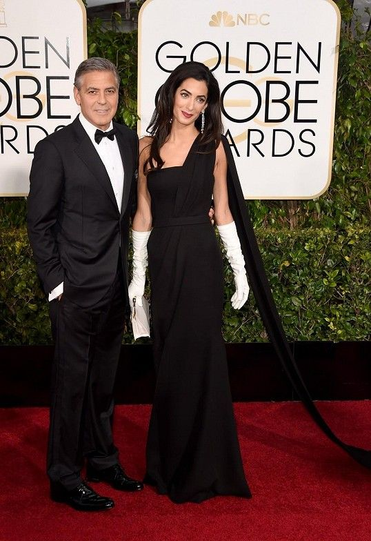 Vzhledem k tomu, že George Clooneyho doprovázela partnerka oblečená v rafinovaném Dioru, tak hollywoodský fešák raději nevybočoval z řady a vsadil na klasický smoking s večerní bílou košilí a motýlkem z módního domu Giorgio Armani.