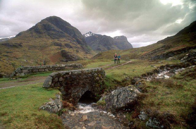 Marcheurs dans la vallée de Glencoe, Highlands, Ecosse