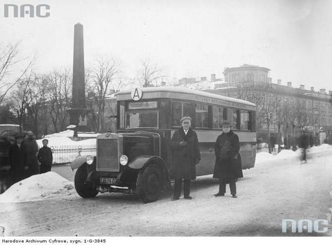 """Autobus linii """"A"""" zatrzymywał się na placu Litewskim. Pojazd jest warty uwagi, bo jego nadwozie zostało wykonane w Zakładach Mechanicznych E. Plage i T. Laśkiewicz w Lublinie."""