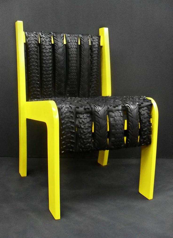 """Essa é a cadeira """"EcoHelp"""", feita com pneus de bicicletas e madeira reutilizadas de móveis antigos. Criação sustentável da designer Valesca Bender."""