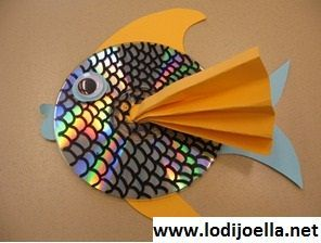 """Diy: CD Fish. It looks like the Rainbow Fish!  Make a bunch for a baby mobile?? Different color """"fins""""?"""