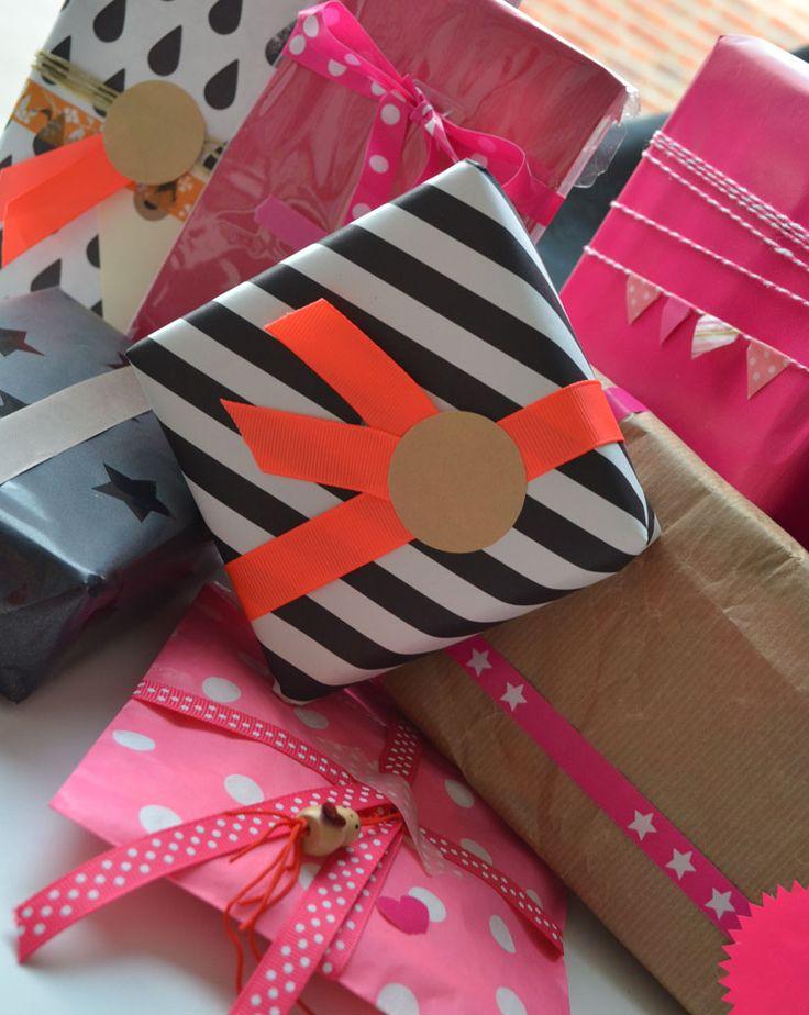 Kadootjes inpakken met oa leuk inpakpapier, lintjes, masking tape, en stickers.