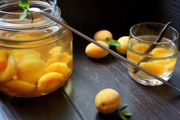 Компот из абрикоса, лимона и мяты