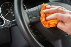 Pour Nettoyer le Volant et les Poignées de porte de la voiture qui sont sources d'accumulation de microbes: laver au vinaigre.