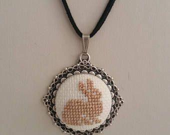 Point de croix, collier, Croix de lapin point lapin collier, pendentif lapin, broderie collier, collier brodé, collier, bijoux