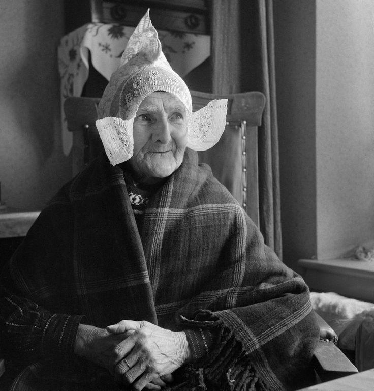 Oude vrouw in klederdracht met ouderwetse hul, Volendam (1950-1960) Foto: Cas Oorthuys