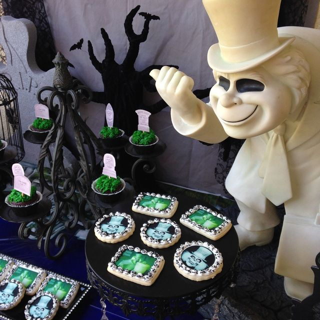127 best images about haunted mansion wedding theme on for Disney halloween home decorations