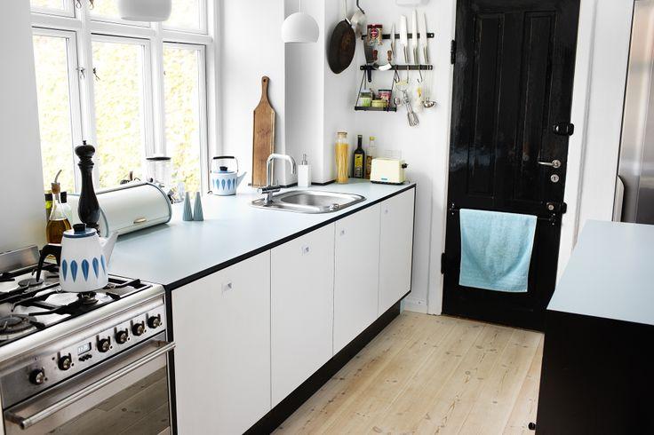 Køkken / sort mdf med hvid laminat. bordplade i massiv sort eg ...