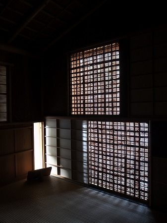 Nijiri-guchi (low entrances that make it necessary to bend down in order to enter) to Japanese tea room.
