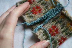 #Knitting #Tutorial - reinforcing and cutting Steeks. Tutorial hur du gör när du ska klippa upp en stickning, t ex en rundstickad tröja till kofta...    Detta gör koftan skabbare att sticka!!
