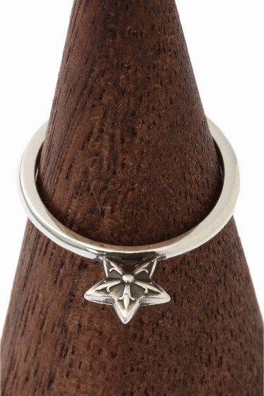 CH.Ring Bubblgum su Star CH.Ring Bubblgum su Star 48600 CHROME HEARTSクロムハーツ スターのリングが入荷致しました スターが立つようにセッティングされたリング 珍しいデザインで一目惚れされる方も多いのでは 華奢なデザインになりますのでお手持ちの他のリングと 組み合わせて一緒に着けていただいてもオシャレ!! 画像のようにユニセックスにお使いいただけます また流行のファランジリングのように 指の第一関節と第二関節の間にはめていただくのもお勧めです HIROBではHIROB SOUTH NEWoMAN新宿店とHIROB札幌店 スタイルクルーズのみのお取り扱いとなっております 本国アメリカより買付けてきた商品です!! ご自身用として贈り物用として是非ご検討くださいませ サイズ5号 素材925シルバー 付属品当社発行の販売証明書 クロムハーツオリジナル本革製ポーチ 本品はBAYCREWS GROUP HIROBがアメリカのクロムハーツ正規店から輸入した商品です クロムハーツ製品は職人が1つ1つ手作りしており…