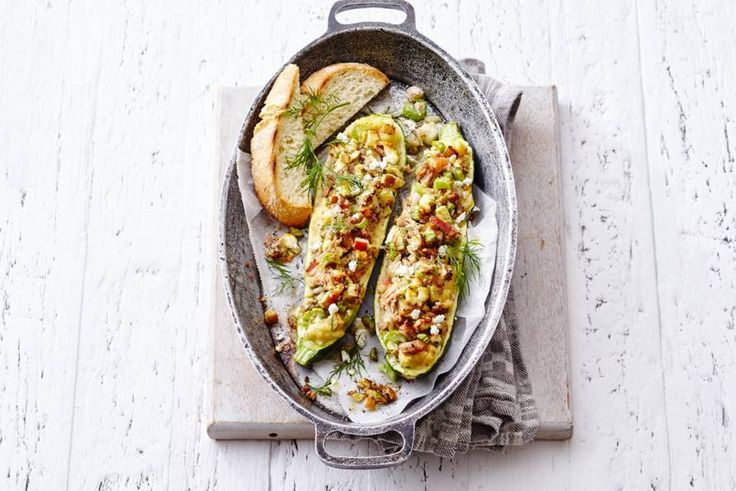24 april 2017 - Tonijn in blik + feta in de bonus = een goedgevuld courgettebootje. - recept - Allerhande