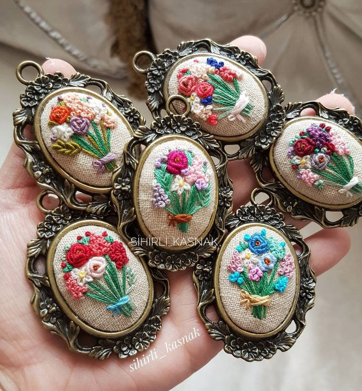 Ellerimde çiçekler 🎵🎶♩.. . . #sihirli_kasnak #handmade #handmadejewelry #embroidery #crosstitch #aksesuar #handmadewithlove #DMC #ModernMaker #mutluluksebebi #embroideryart #bm_embroidery #bm_embrodiery #like4like #clik_vision #crosstitchlove #bugününfavorisi #vscocamphotos #modernmaker #hobisanat #love #lovely #flowers #hayatburada
