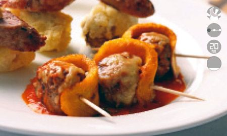 Albóndigas con queso paipa y salsa de pimentones.