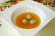 Klare Tomatensuppe mit Petersilienklößchen
