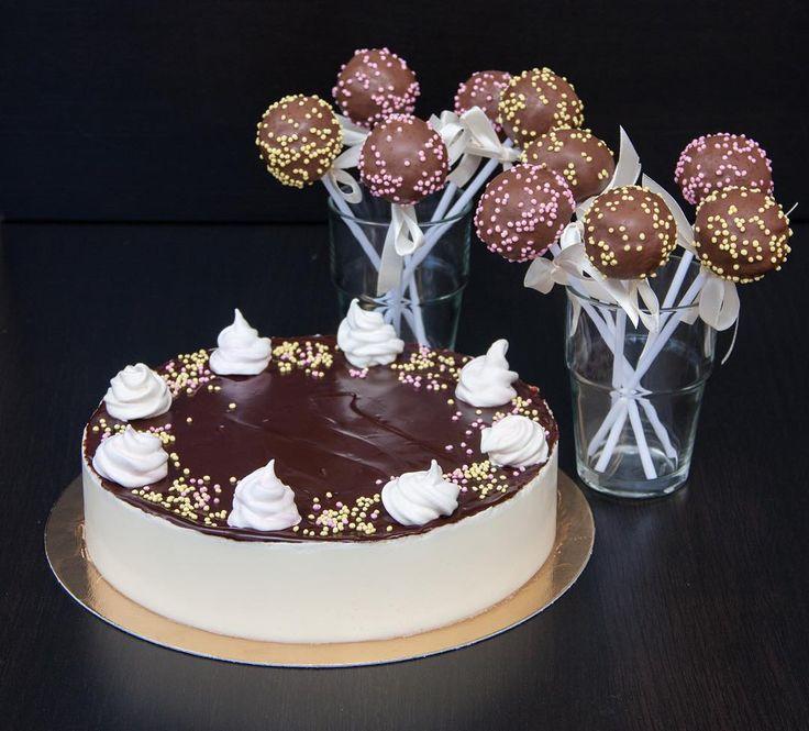 """#Lízátka cake pops neboli dort na špejli jsou americký vynález který se ale čím dál častěji objevuje na oslavách nebo svatbách. Dnes máme slíbené dort či spíše duo - měkképiškotovékopečky s čokoládou a dort """"Ptačí mléko"""". Děkuji za Vaši objednávku @zdenekhajn  Přeji všem hezký víkend a děkuji za vyjádření podpory mé práci!  Обещанный торт вернее дуэт - бисквитные нежные шарики в шоколаде и торт """"Птичье молоко"""". Спасибо за заказ @zdenekhajn Хороших выходных всем.  #Ptačímléko #cakepops…"""