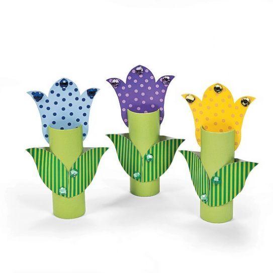 Tulipani di cartone con rotoli di carta igienica e perline.
