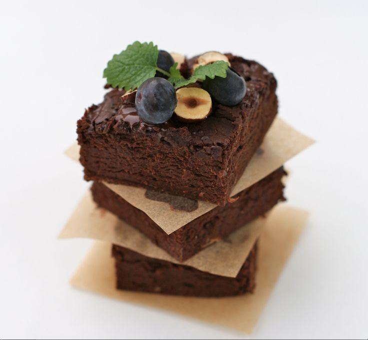 Fudgy Brownies er saftige, fyldige brownies rik på både sjokoladesmak og byggeklosser med helsekraft. Både bønner, egg og quinoa byr på aminosyrer cellefabrikkene trenger når...