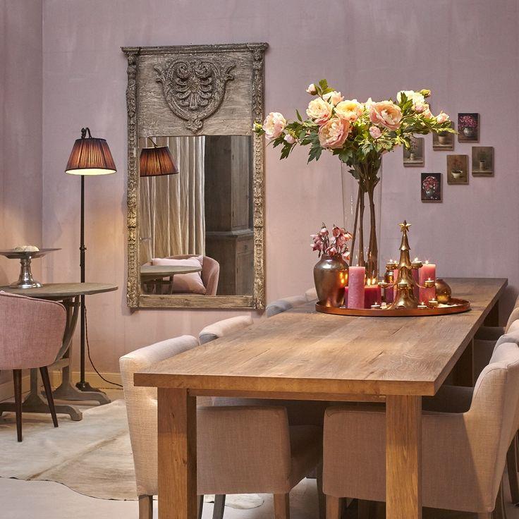 Mooi wonen is een kunst. Het vraagt om een creatieve artiest. De interieurstylisten van Mart weten wat kunst is. Eettafel, kaarsen, lamp. www.martkleppe.nl