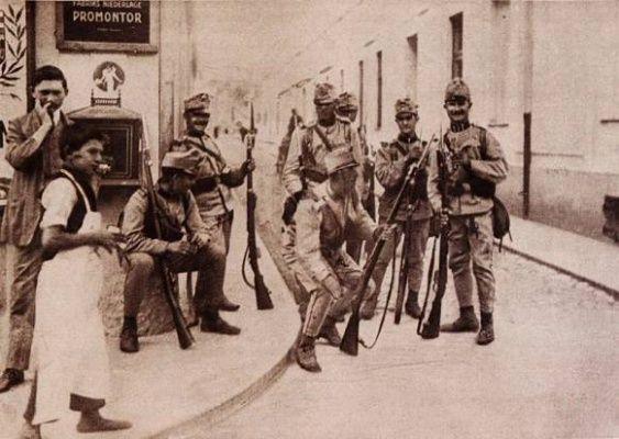 Příslušníci uherského pěšího pluku vyfotografovaní na hlídce v Zemuni na dohled…
