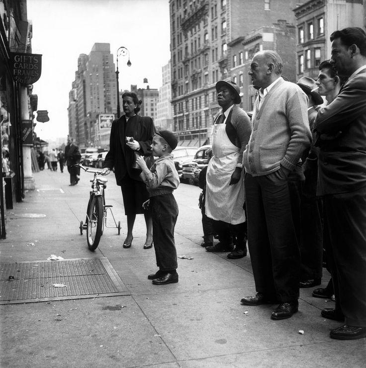 Lors de la 42ème élection présidentielle américaine, en 1952, le démocrate Adlai Stevenson affronte le républicain Dwight Eisenhower, qui va l'emporter. Des passants regardent le débat entre les deux candidats dans une rue de New York.  Photo Eve Arnold / Magnum