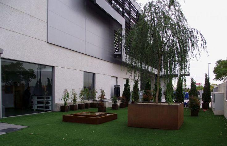 Fuente y jardineras de hierro hechos a medida por Jardines y Rincones Paisajismo para unas oficinas