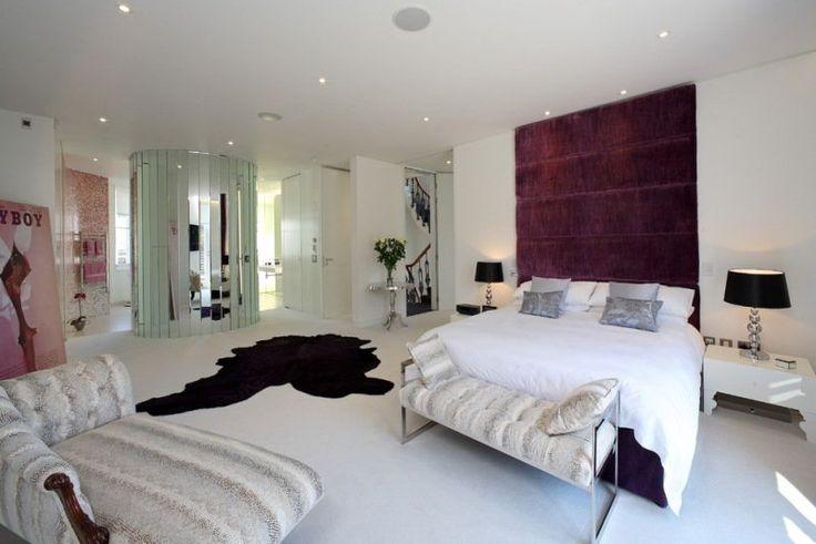 chambre blanche avec tête de lit originale revêtue de velours pourpre