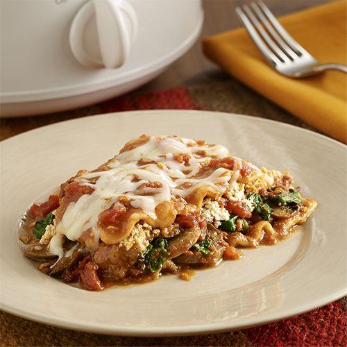 Fácil receta vegetariana en olla de cocción lenta con espinacas y champiñones frescos, salsa de tomate sazonada y queso