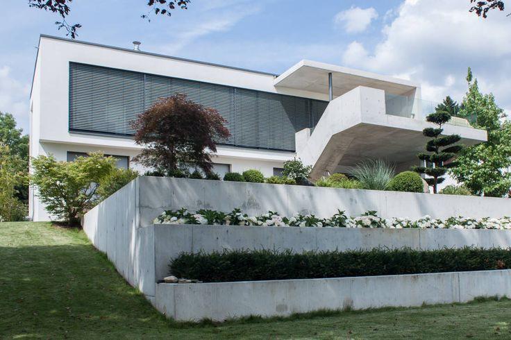 Den Begriff der modernen Architektur zu definieren, ist heikel. Trotzallem wagen wir es und geben zumindest gewisse Einblicke in die Moderne. Wir werden euch heute anhand von zehn Beispielen zeigen, wie sich die Anfänge der Moderne weiterhin auf die heutigen Entwürfe auswirken.