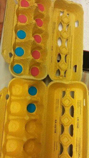 Kymmenylitys. Perustetaan kanala esim. Matiaksen munat. Kana munii aamulla punaisia munia ja illalla sinisiä. Hakekaa kanalasta 7 munaa. Kuinka monta menee yläriville? Kuinka monta jää alariville? Kuinka monta jää tyhjäksi? Asetetaan punaiset munat kennoon. Illalla haetaan 5 punaista munaa lisää. Kuinka monta munaa näistä mahtuu ensimmäiseen kennoon? Kuinka monta laitetaan seuraavaan kennoon? Laittakaa. Kuinka monta munaa on pakattu yhteensä? Tehdään kirjanpitoa,koska liiketoimintaa ei voi…