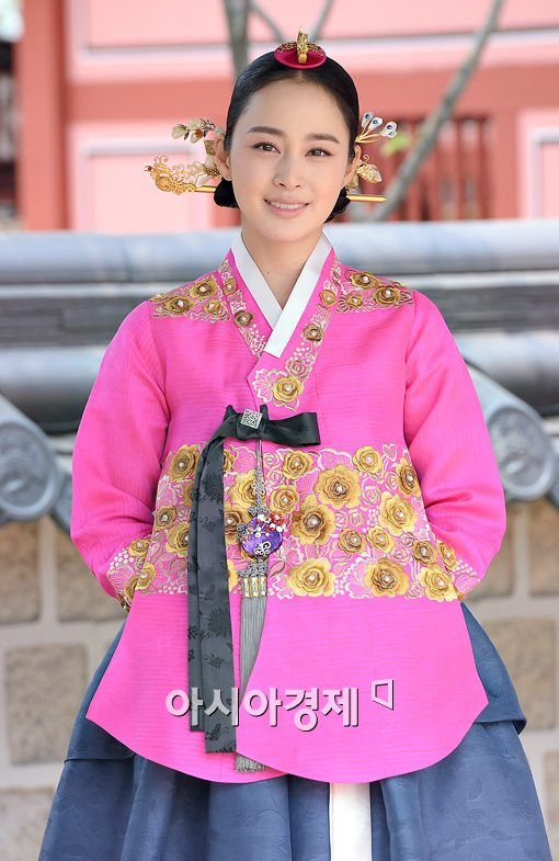 Such a beautiful pink hanbok with some extremely gorgeous accessories. LIKE!!
