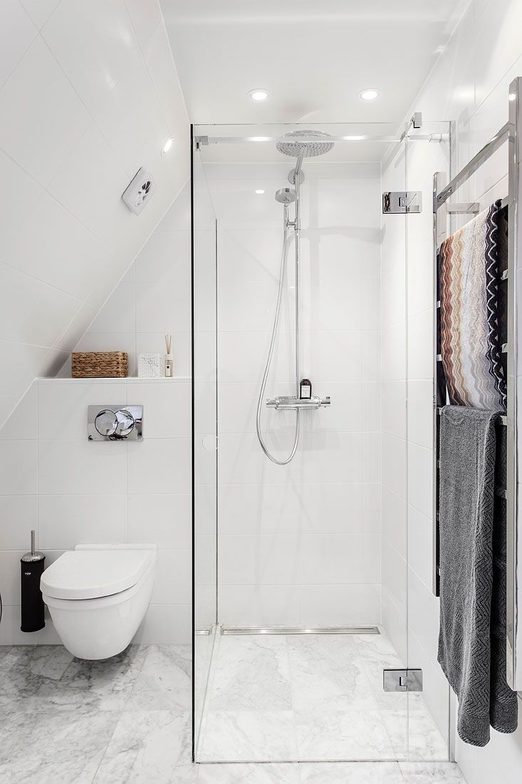Best 25 white bathrooms ideas on pinterest bathrooms for Salle de bain petit espace