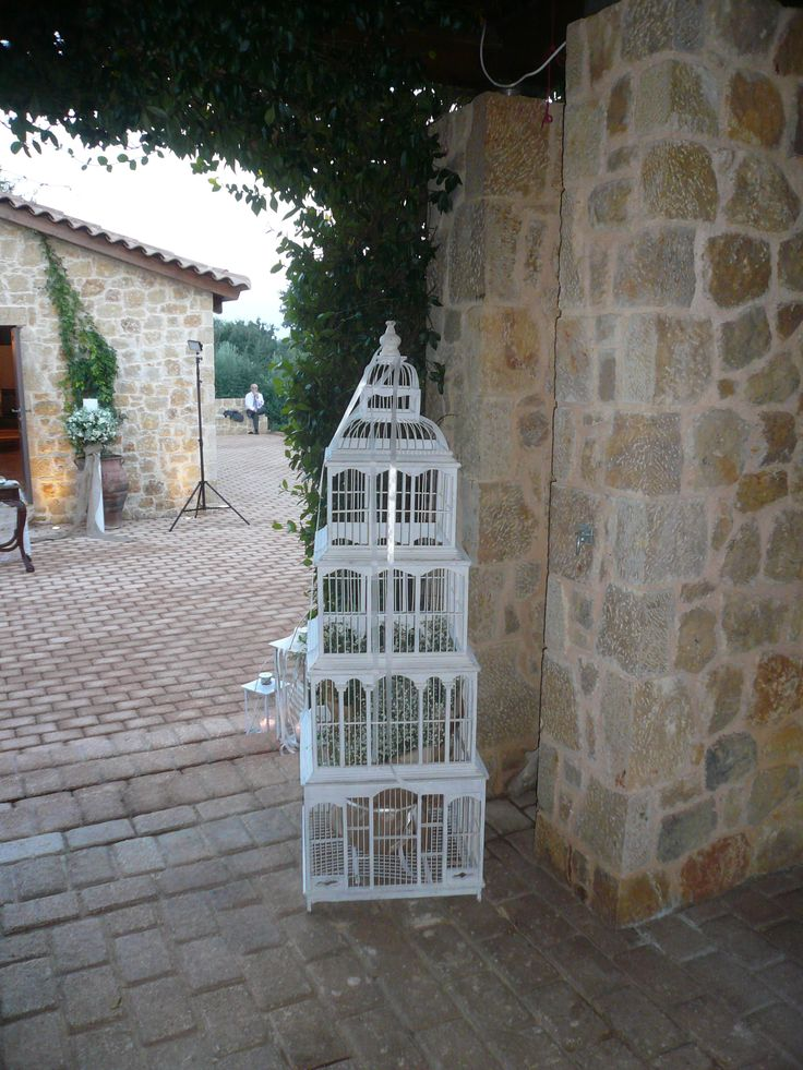 vintage κλουβι στην εισοδο της εκκλησιας!!