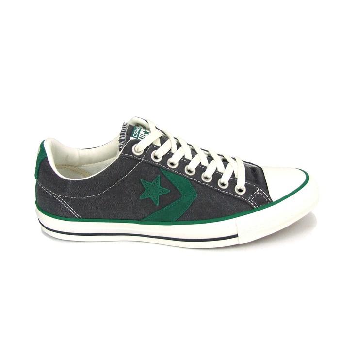 Lage sneaker van Converse All Stars! Uitgevoerd in canvas met een rubber loopzool. Op de zijkanten zitten de kenmerkende strepen  en ster van Converse. Het kleurenpalet van deze All Stars is grijs en groen.