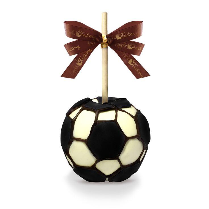 Football Apple - Exquisita Manzana Granny Smith cubierta con caramelo, Chocolate Belga Blanco y Negro. Decoración Especial de Pelota de Football.