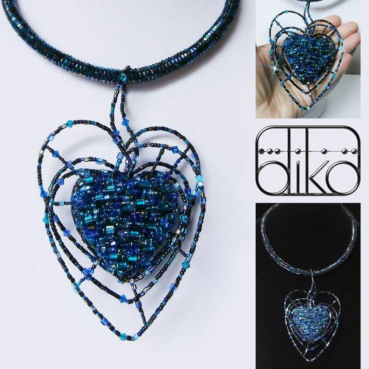 BLUE VALENTINE - jméno pro tento šperk jsem ukradla Tomu Waitsovi, z jeho studiového alba Blue Valentine (poprvé vydáno v roce 1978). Tvorbou mě provázely tóny skladby Blue Valentines (https://www.youtube.com/watch?v=dfQ7ieF7w4Y). Jeho hlas a způsob, kterým předkládá své dílo si vždycky užívám Emotikona wink