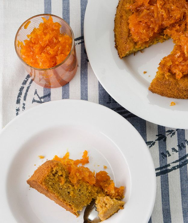 2 αυγά 80 γρ. καστανή κρυσταλλική ζάχαρη 150 γρ. ελαιόλαδο 250 γρ. καρότο, περασμένο από τον λεπτό τρίφτη 150 γρ. αλεύρι για όλες τις χρήσεις, κοσκινισμένο 1 κ.γ. (γεμάτο) μπέικιν πάουντερ ½ κ.γ. κανέλα