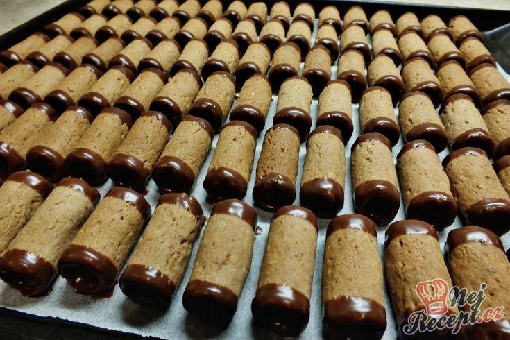 Letos jsem zkoušela nový recept na trubičky a byl neskutečný. Asi jiné už nebudu dělat. No to píšu teď, ale když objevím znovu nový, bude mě táhnout zkusit něco nového jako tohoto roku. S těstem se pracovalo luxusně, pěkně šly trubičky i dole z formy a vůbec se nelámaly. Kraje jsem smáčela v čokoládě a plnila jsem je karamelovým krémem (salko + máslo). Autor: Petra H.