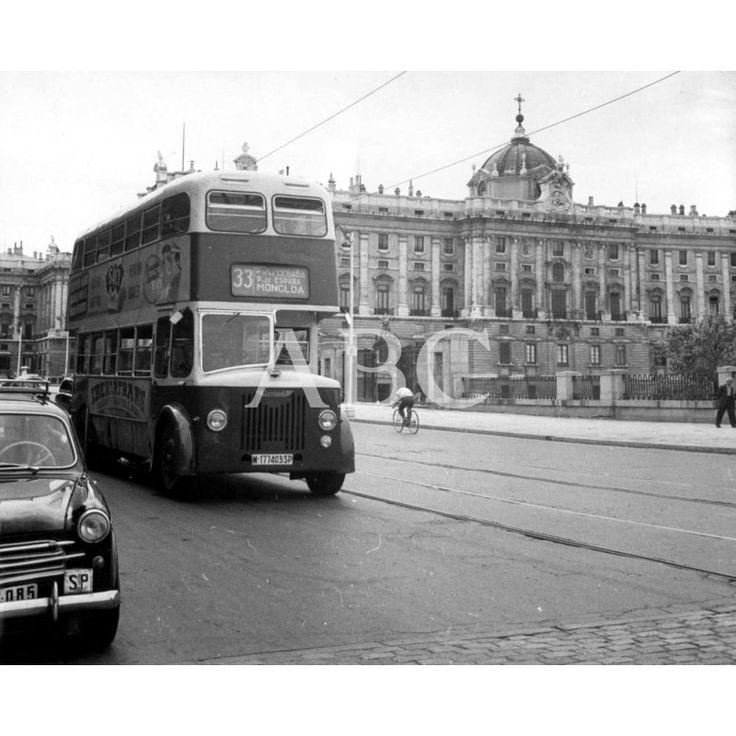 Madrid, 1958. Autobús de la línea 33 de la EMT, que sustituyó al tranvía, en la calle de Bailén, a su paso por el Palacio Real.: 1958