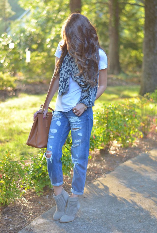 Fall look with boyfriend jeans and booties